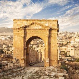 JO.Gerasa CTA Der Blick auf das nördliche Tor zur historische Stätte Jerasch, Jordanien.