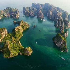 """VN.Halong_Bay Das weitläufige Areal """"Halong Bay"""" in Vietnam aus der Vogelperspektive."""