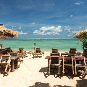 Bali.Kuta.Strandrestaurant Strandlokal am weißen Sandstrand vor blauer Ozean Kulisse