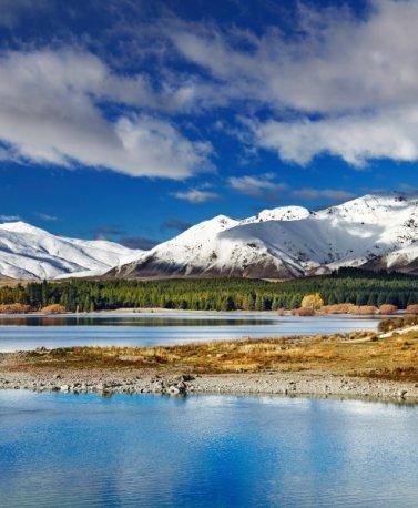 NZ.Lake Tekapo mit Kirche und Bergen