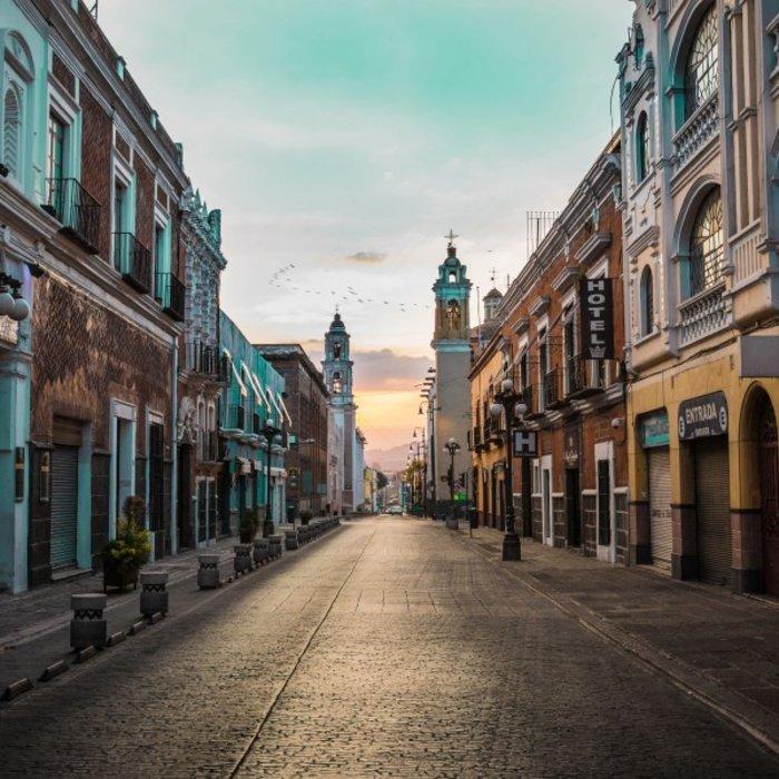 MEX.Puebla.Straße im Sonnenuntergang
