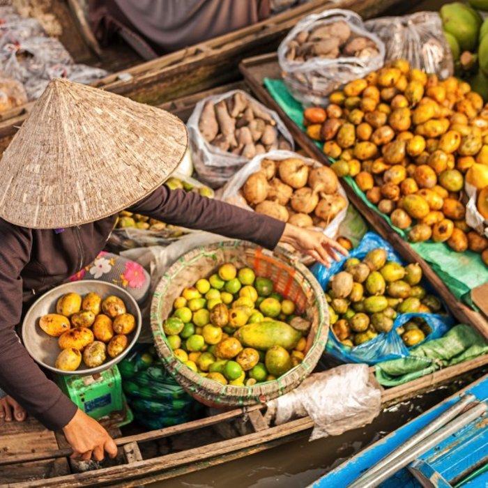 VNM.Can Tho.Frau in Boot mit Früchten
