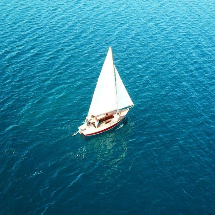 SYC.Praslin.Segelboot auf offenem Meer