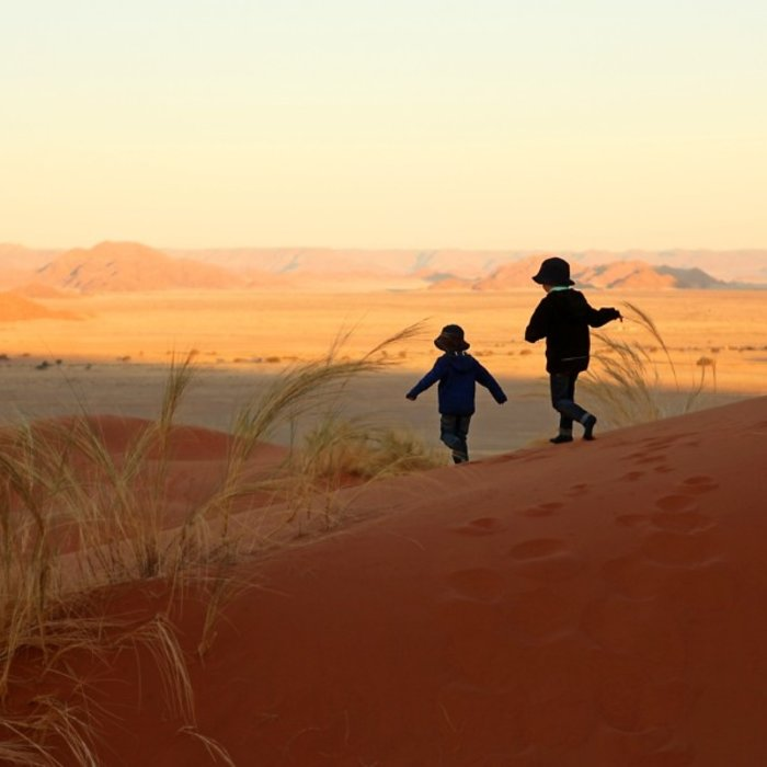 NAM.Sossusvlei.Kinder in Dünen