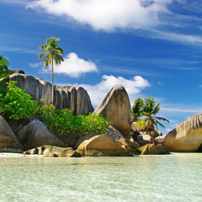 SYC.LaDigue.Strand mit Felsen und Palmen