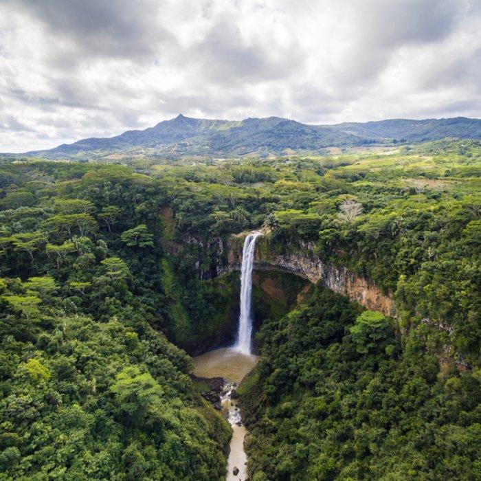 Die Zwillingswasserfälle von Chamarel mitten im Grünen