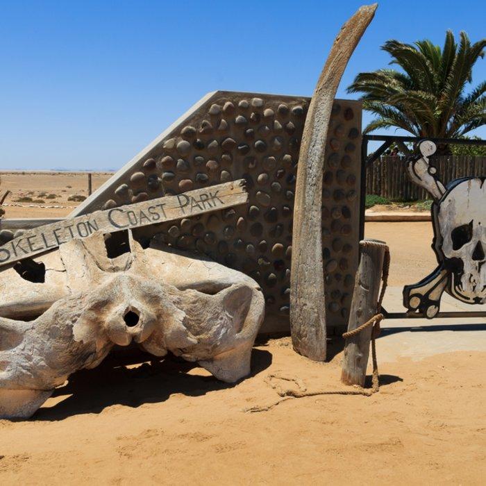 Der Eingang zum Skeleton Coast Park mit Knochen und Totenkopf-Symbol