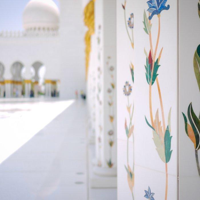 Die kunstvollen Blumendetails an den Säulen der Moschee