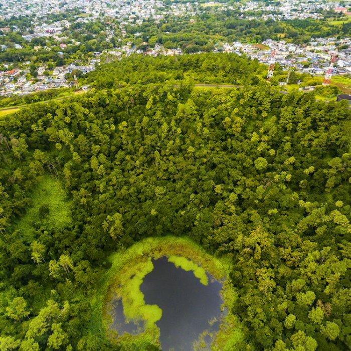 MU.Trou_aux_Cerfs_Vulkankrater Der grüne Vulkankrater Trou aux Cerfs inmitten der Innenstadt von Curepipe