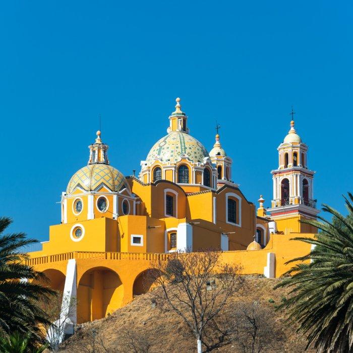 Die farbenfrohe Kirche Santa Maria de los Remedios an der Spitze der Pyramide von Cholula