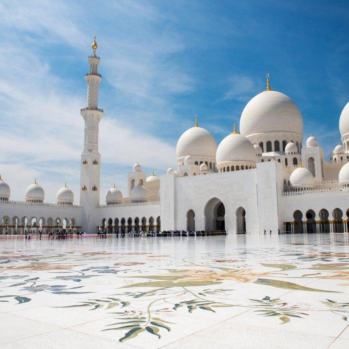 UAE.Scheich-Zayid-Moschee Der Blick vom Hof auf die Scheich-Zayid-Moschee