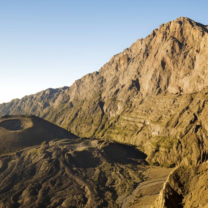 Der Mount Meru und sein Aschenkegel im Arusha-Nationalpark in Tansania