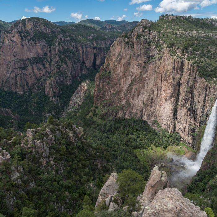 Ein reisender Wasserfall mitten im Copper Canyon