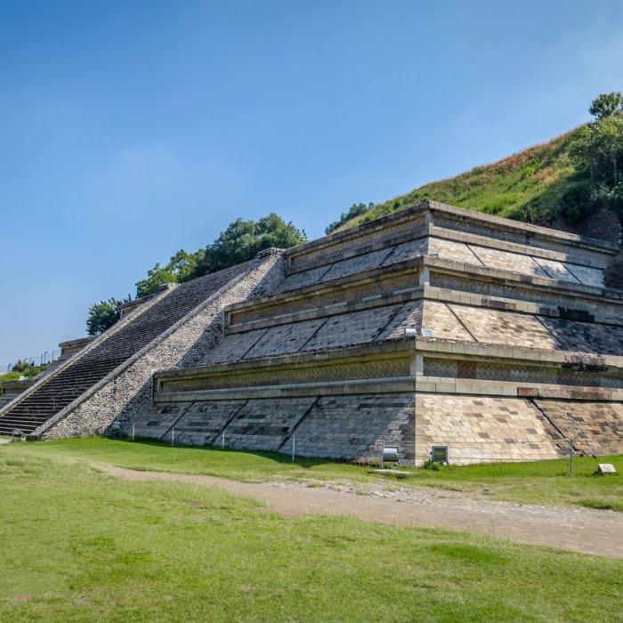 Die restaurierte Westseite der Pyramide