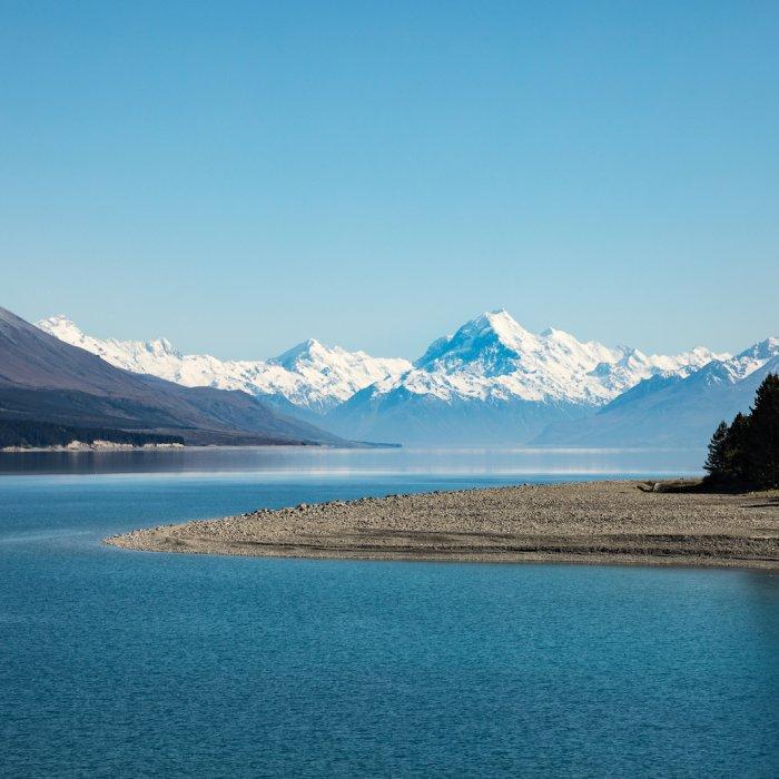 NZ.Lake Taupo Der See Lake Taupo mit Bergen im Hintergrund.