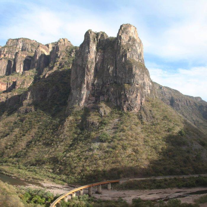 Eine Zugbrücke über das Flussbetts inmitten des Copper Canyon