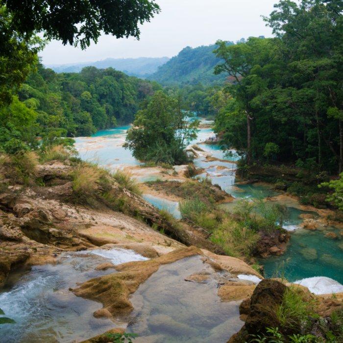 Die türkisfarbenen Wasserfälle in ihrer natürlichen Umgebung