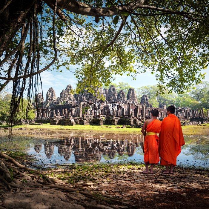 Zwei Mönche vor der Tempelanlage
