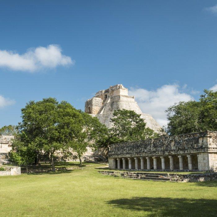 Das Haus des Leguans im Vordergrund der Zauberer-Pyramide in Uxmal mit seinen 11 Säulen