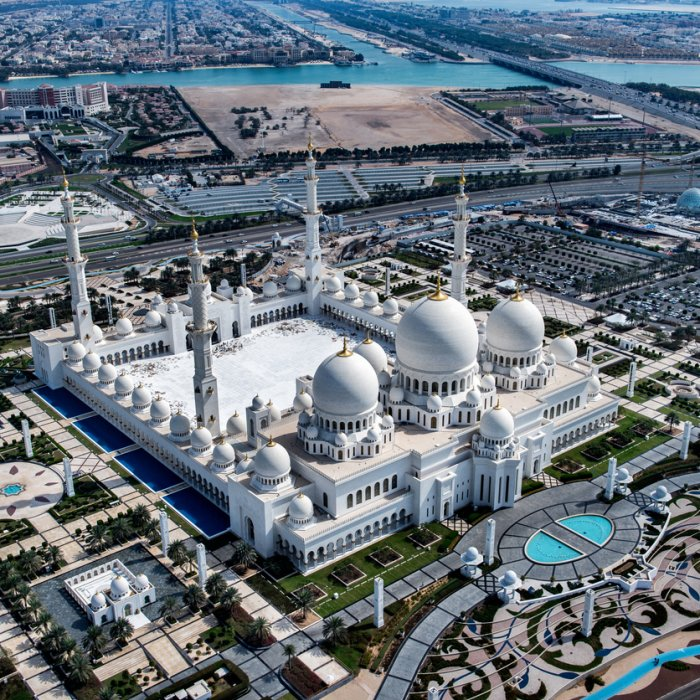 Die Scheich-Zayid-Mosche von oben in Abu Dhabi