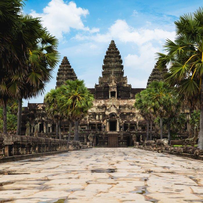 Die Tempelanlage von Angkor Wat umgeben von Palmen