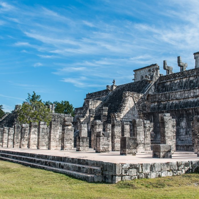 Blick auf einen Teil der Ruinenstätte Chichén Itzá