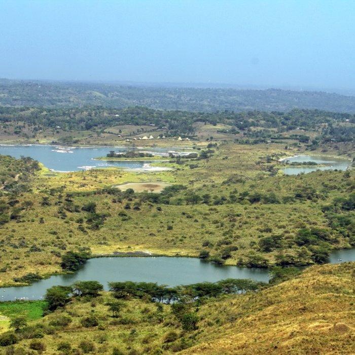 Draufsicht auf einen Salzsee mit Flamingos im Arusha-Nationalpark in Tansania