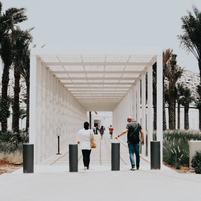 Der Eingang zum Louvre in Abu Dhabi