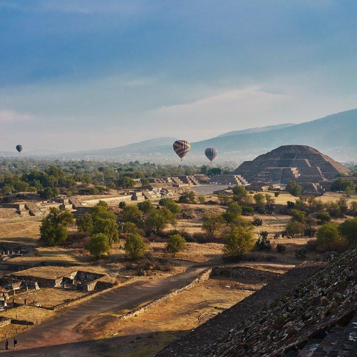 Blick auf die Ruinenstätte mit Heißluftballons