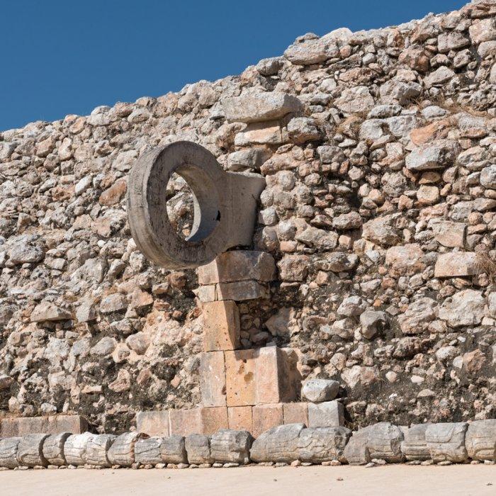 Der steinerne Ballspielring an der Seite einer Mauer in Uxmal