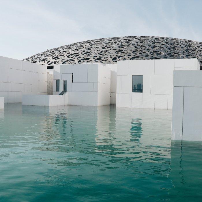 UAE.Louvre_Abu_Dhabi Der Louvre von Außen mit Pool in Abu Dhabi