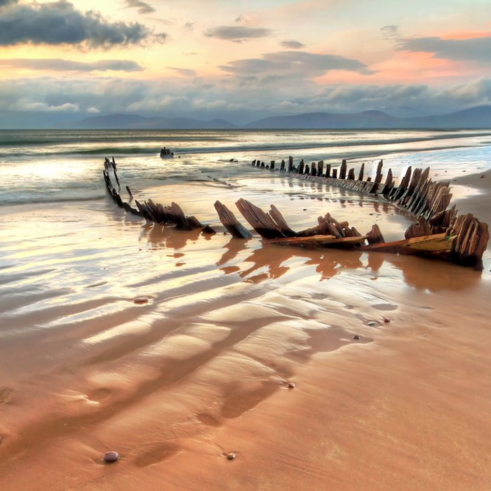 Zerschelltes Schiffswrack an der Skelettküste in Namibia