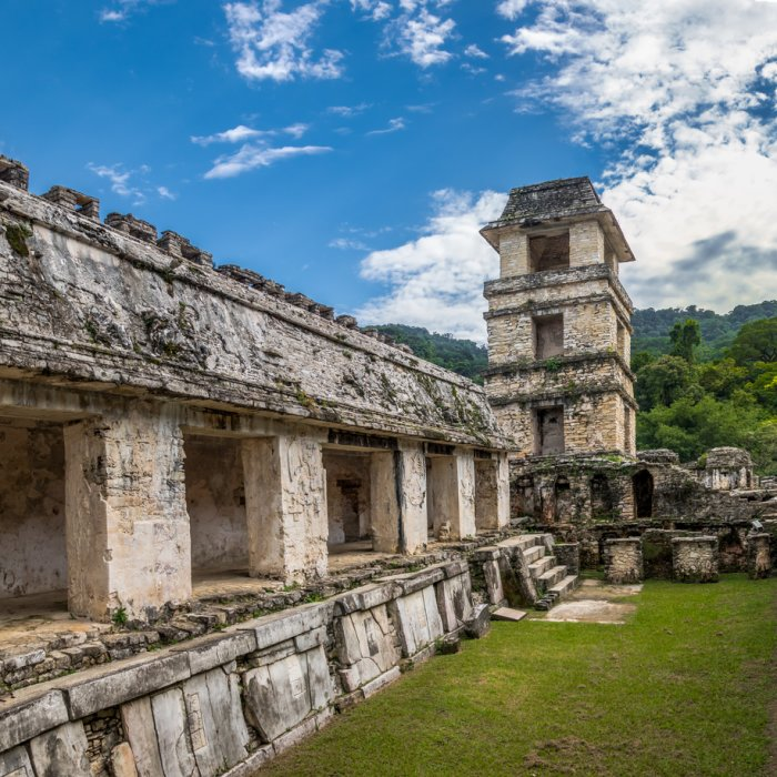 Der Tempel der Inschriften in Palenque mit Pfeilern und einem Turm am Ende