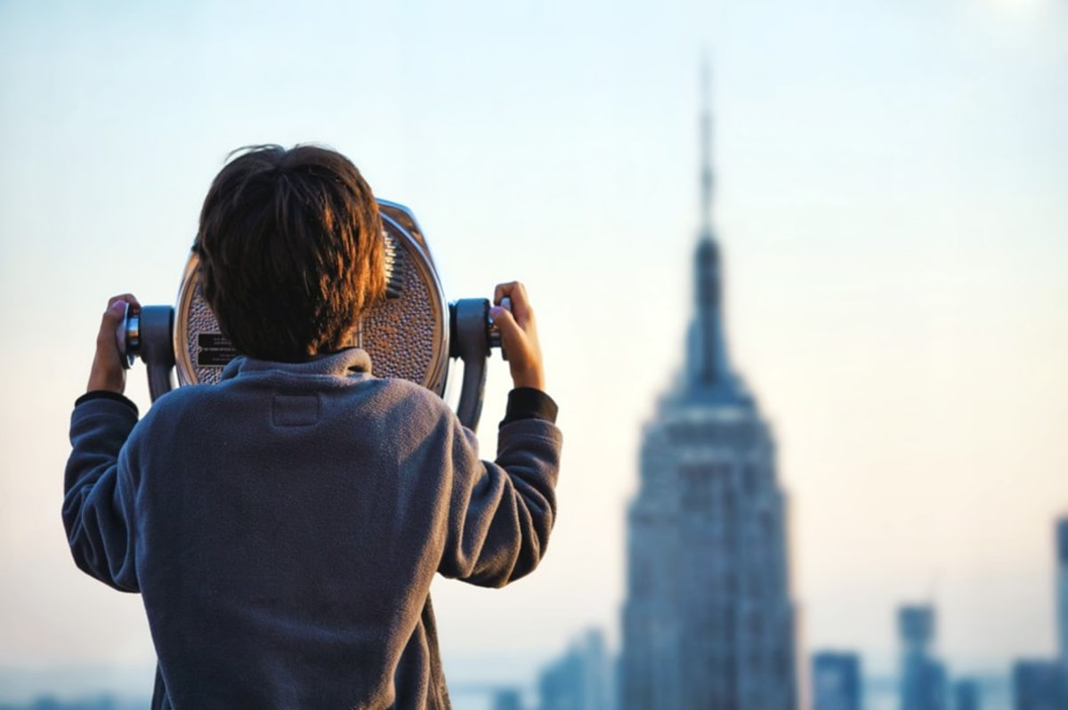 child-looking-at-empire-state-building