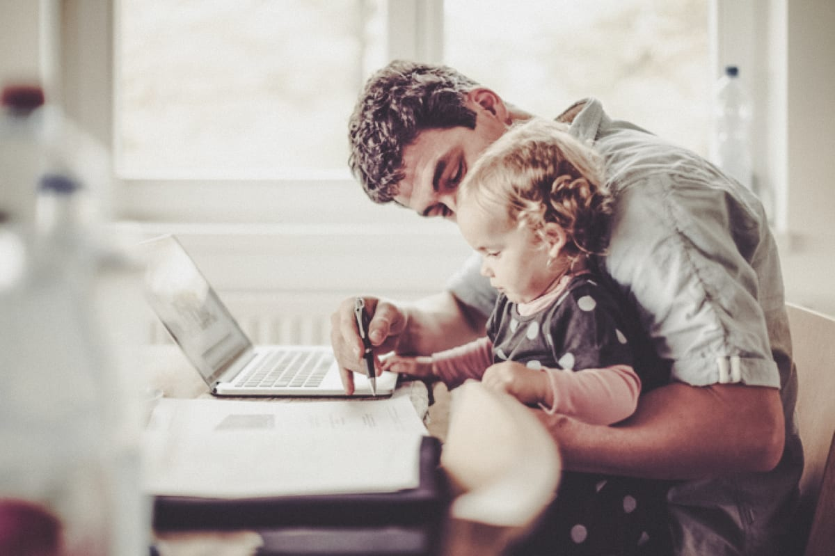 father-with-daughter-in-fron-of-computer