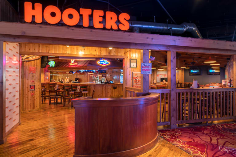 Hooters Restaurant ext