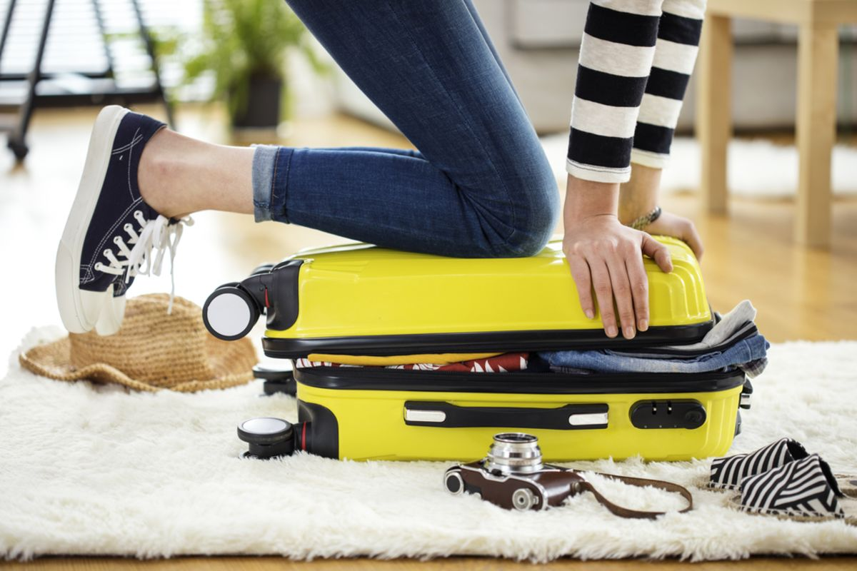 green-traveling-closing-suitcase