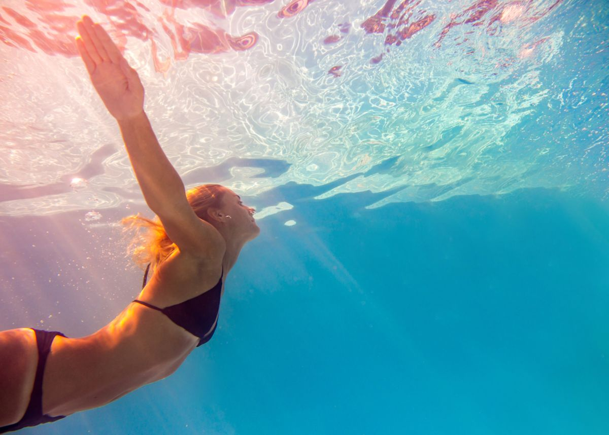 woman-swims-underwater-waikiki