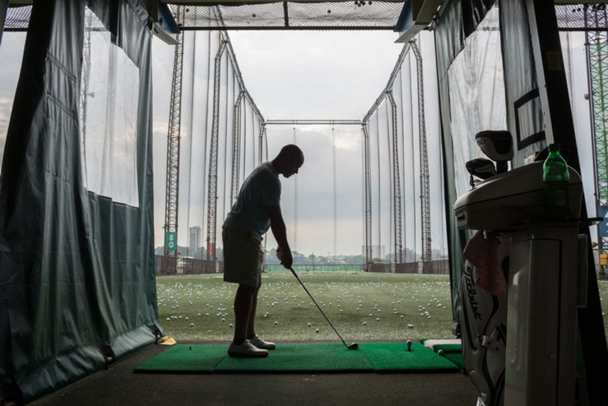 man-playing-golf-in-chelsea-piers