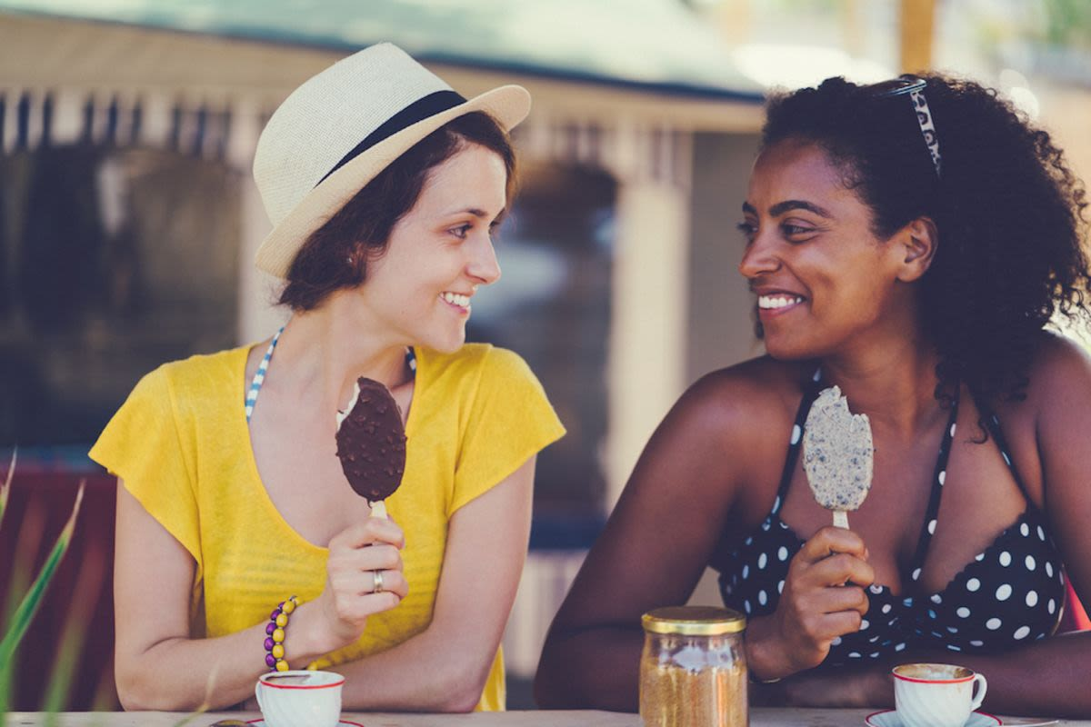 friends-enjoy-ice-cream-outside-on-lincoln-road