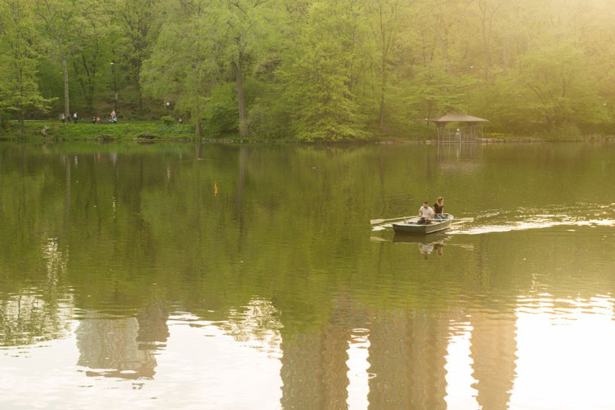 couple-on-rowboat-in-central-park-lake