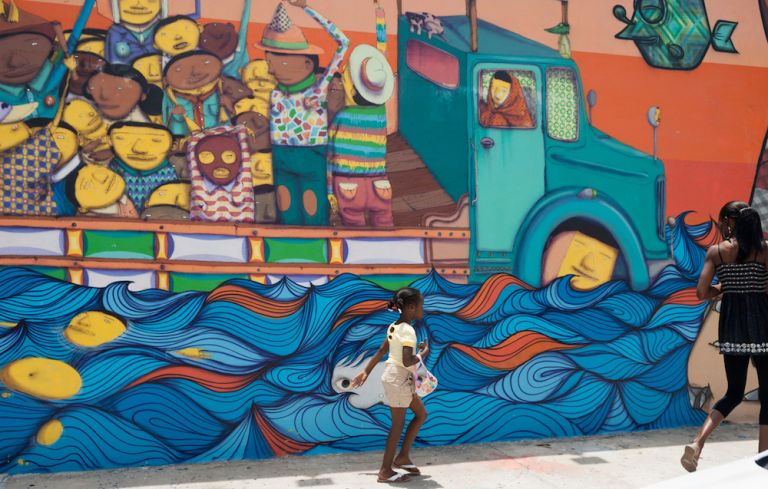 mother-and-daughter-walk-by-mural-in-wynwood-miami