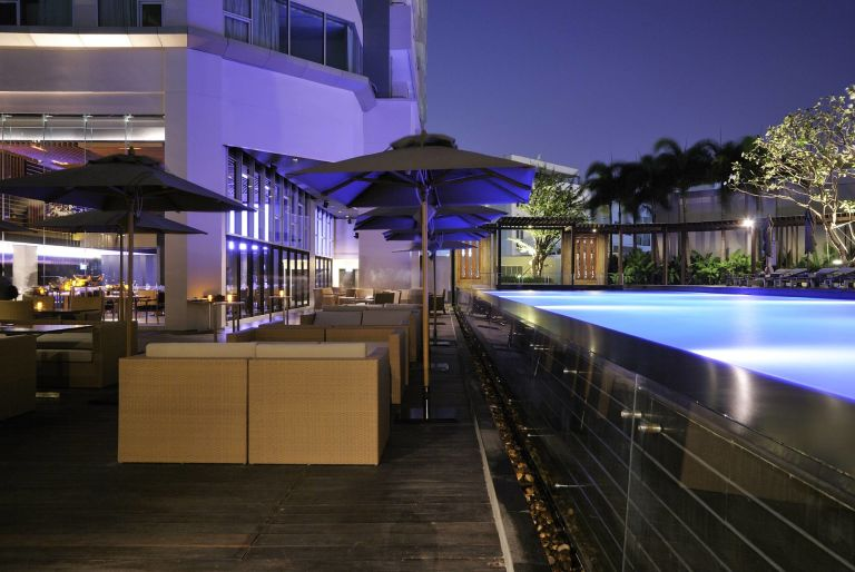 AVCBK-Pool-deck-dining