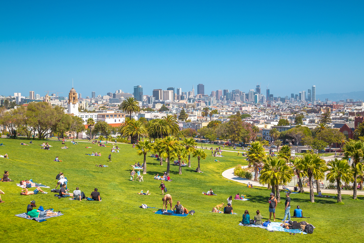 People-enjoying-sunny-weather-in-Mission-Dolores-Park,-San-Francisco,-USA-952832420_1257x838