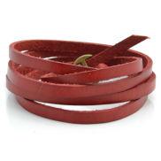 Piros színű, körbetekerhető bőr karkötő