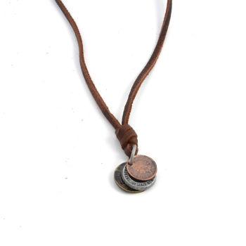 Collana in cuoio con pendente con 3 monete antiche