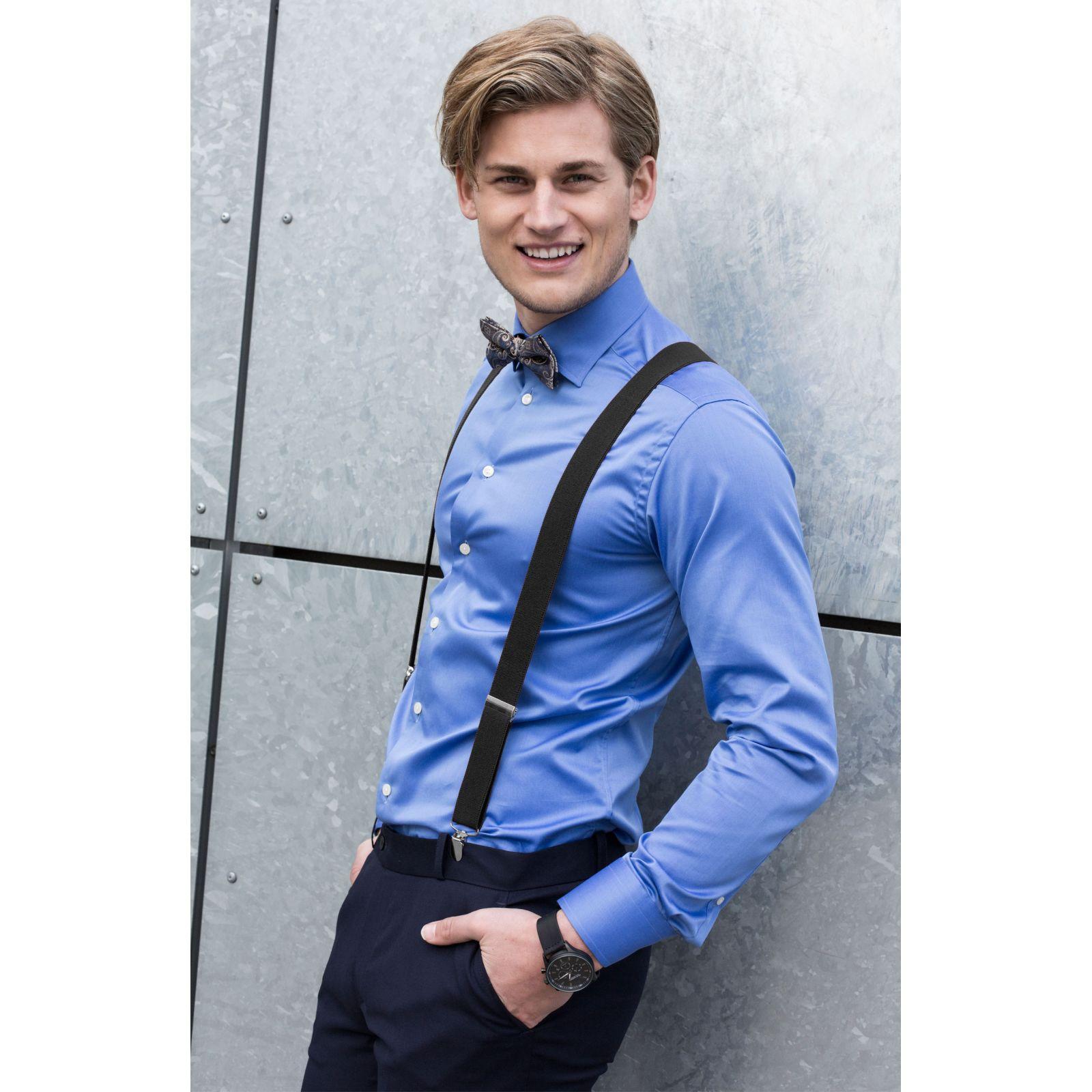 zwarte bretels op blauw overhemd