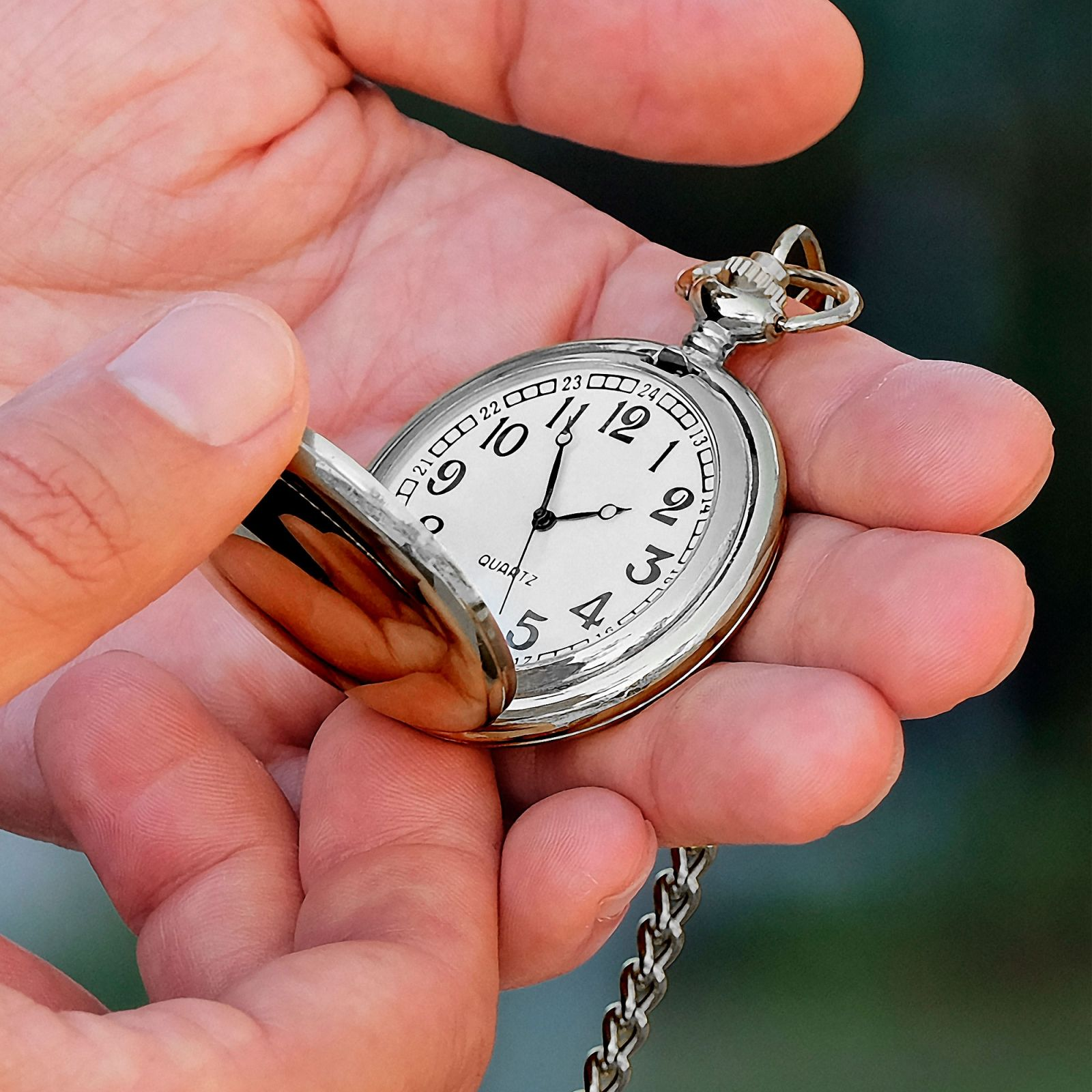 Vreckové hodinky striebornej farby  1d35ee2ac13