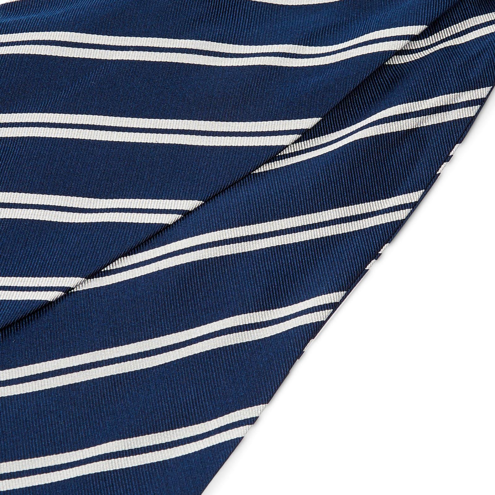 a645f62fe8550 Cravate Ascot en soie bleu marine à rayures blanches | Port gratuit | TND  Basics