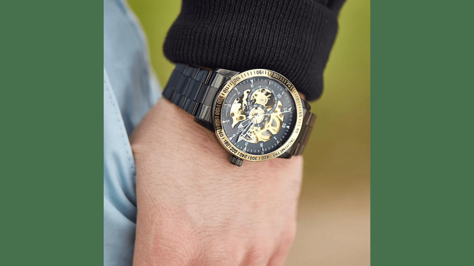 0121aff14 Čierne hodinky Rolat s lunetou v zlatej farbe & Náramok z drevených korálok  & Koženkové puzdro na hodinky - 6 hodiniek | Doručenie zdarma | Trendhim